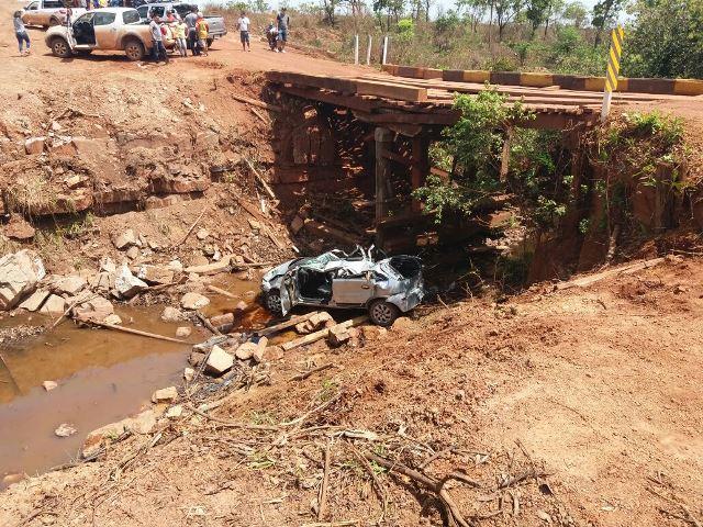 Carro despenca de ponte, deixa um morto e dois feridos
