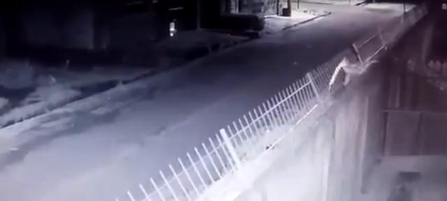 VÍDEO: homem tenta furtar 18 câmeras de escola, mas foge assustado com alarme