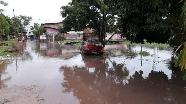 Chuva: canal transborda e alaga casas
