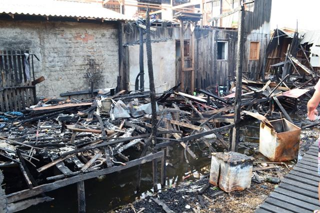 Vítimas de incêndio precisam de madeira para reconstruir casas