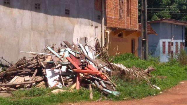 Lenha de padaria atrai ratos para perto de centro de abastecimento de remédios em Santana