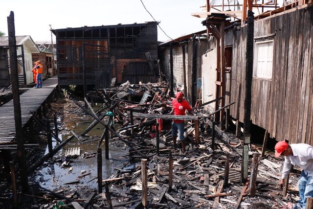 Equipes retiram entulhos e proíbem novas ocupações em área de incêndio