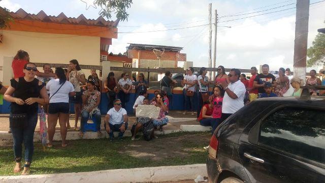 Em greve, professores ocupam prefeitura de Porto Grande