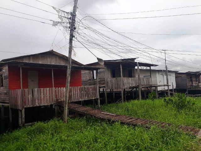 Postes ameaçam cair em área de ponte no Novo Buritizal