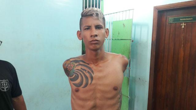 Preso com 85 porções de crack tentou arremessar droga no mato, diz PM