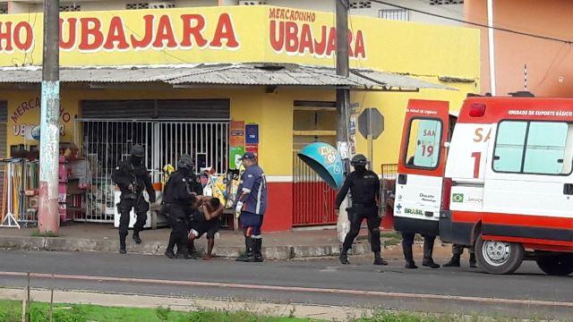 Bandidos mantém reféns em restaurante