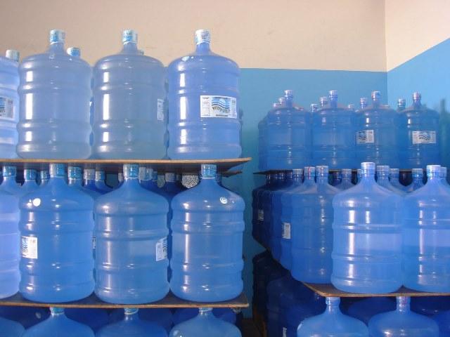 """Distribuidores querem que """"fontes"""" façam troca de garrafões vencidos"""