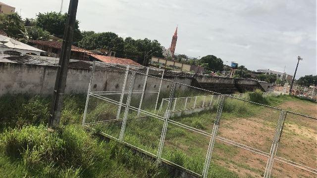 """Abandonado, estádio """"Vilelão"""" vira espaço de crimes"""