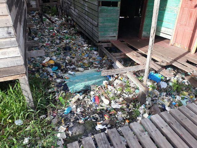 Lixo acumulado impede passagem da água da chuva em área de ressaca