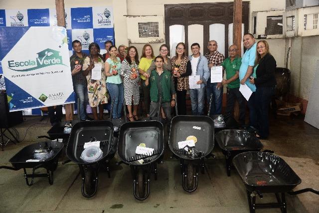 Estudantes recebem kits com ferramentas e sementes para cultivo de hortas nas escolas