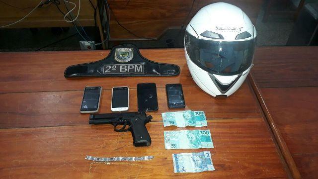 Após 4 roubos na noite, dupla em moto é presa
