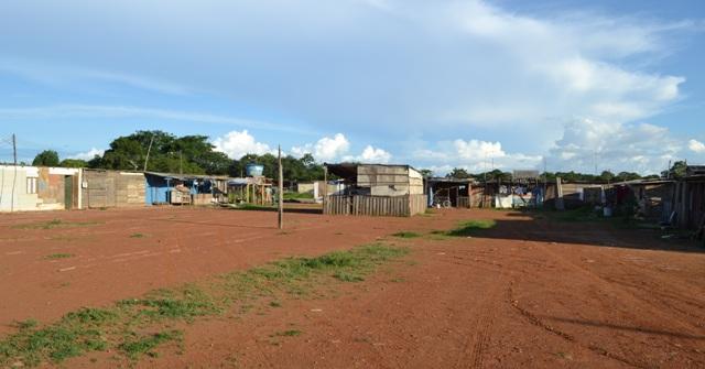 Invasores retirados da Norte Sul ocupam campo de futebol