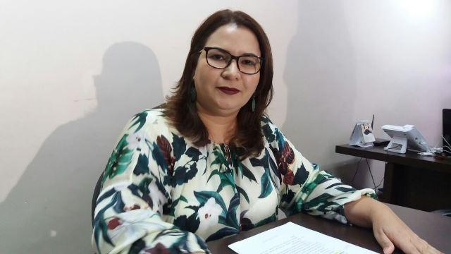 Secretária diz que existe diálogo, e que Estado não poderia dar mais aos professores