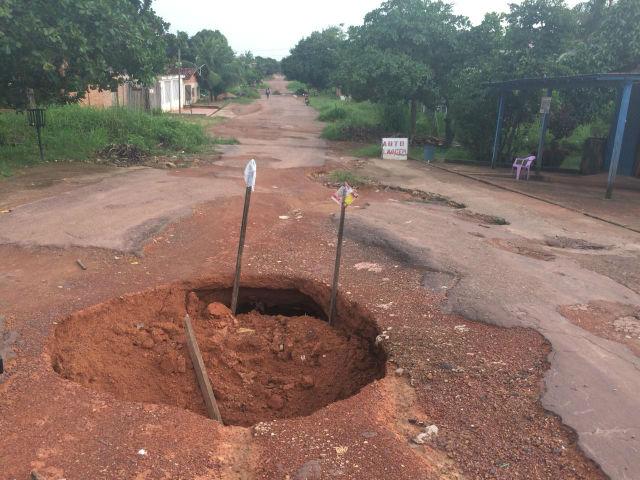 Buraco de 3 metros no meio de avenida oferece risco de acidentes