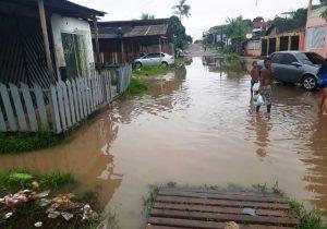 Alagamentos pós chuvas impedem moradores de sair de casa no Buritizal