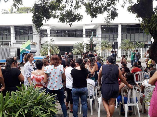Professoras pedem valorização em protesto