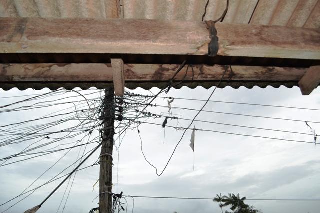 Poste preso a uma casa ameaça cair