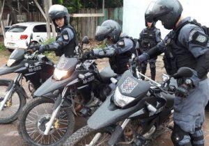 Força Tática prende dupla que fez arrastão em parada de ônibus