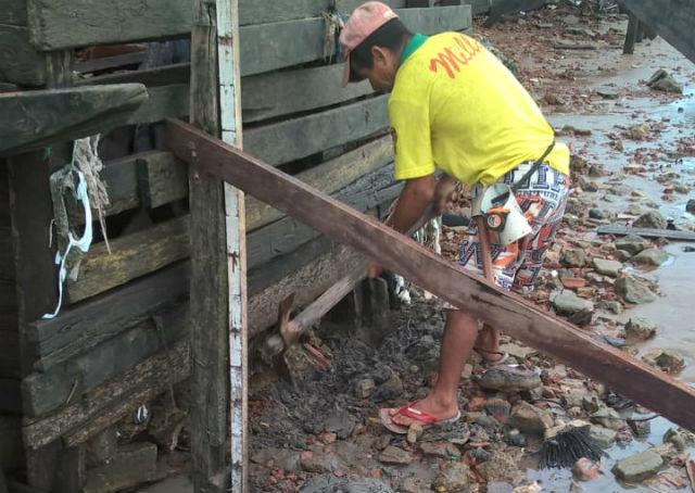 Moradores do Aturiá reforçam muro de arrimo improvisado para passar o inverno