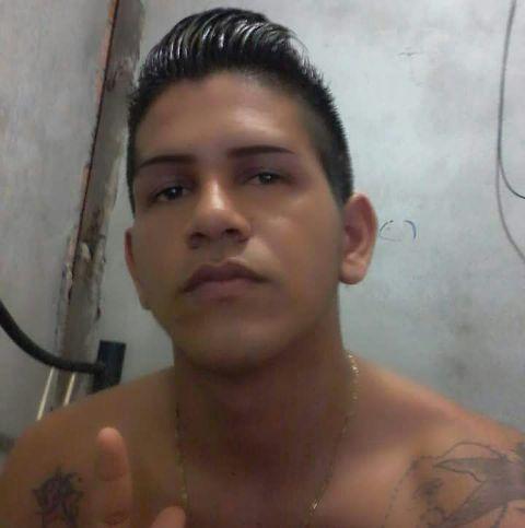 Jovem é morto a tiros na frente de sua casa