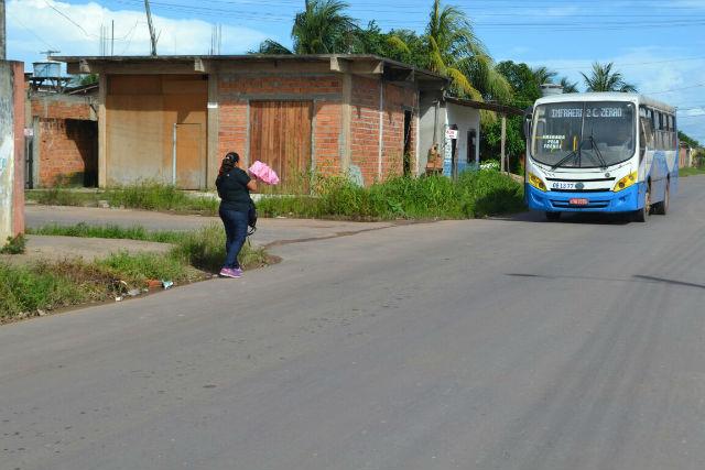 Moradores reclamam de falta de pontos de ônibus e sinalização