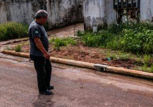 Morador é autuado em R$ 2,5 mil por despejar água de casa na rua