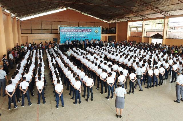 Em Santana, Waldez anuncia escola militar no Jari