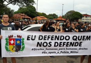 Manifestação pede a liberdade de policiais presos após morte de criminoso