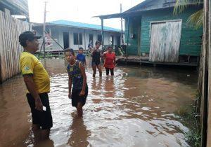 Água da chuva invade ponte em área de ressaca