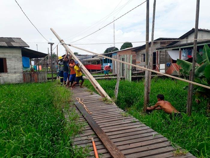 Moradores ajudam a trocar postes que poderiam desabar