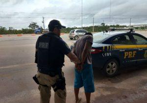 Foragido é preso caminhando em rodovia federal