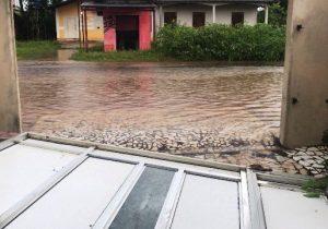 Sem vazão, água da chuva acumula e derruba portão de casa