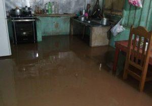 Água da chuva invade ruas e casas em Pedra Branca