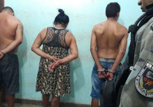 Dois homens e uma mulher são presos com drogas e simulacro de arma de fogo