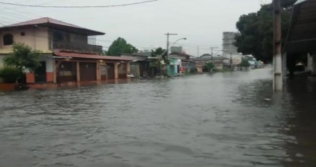 Vídeos mostram água da chuva invadindo ruas e casas no Centro