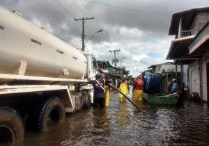 Água potável chega a moradores atingidos pela cheia do Rio Jari