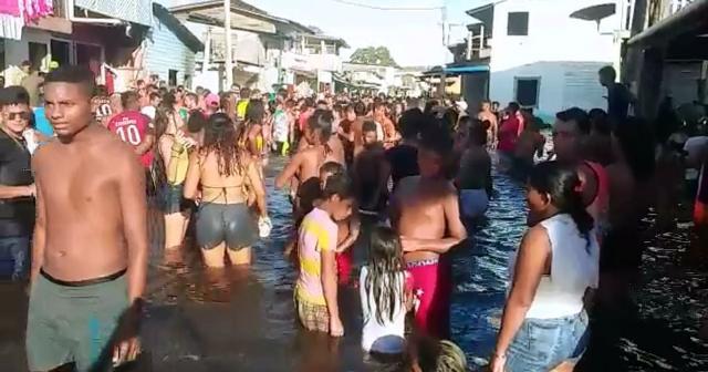 Moradores de Laranjal do Jari fazem festa na enchente
