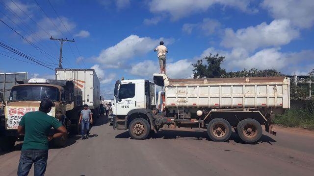 Caminhoneiros protestam na Duca Serra contra preço dos combustíveis