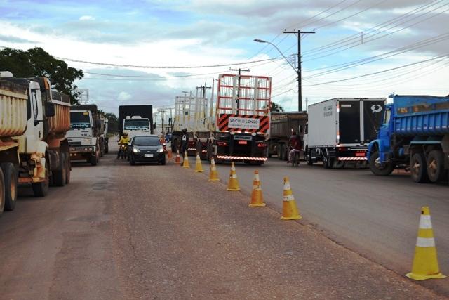 Protesto de caminhoneiros interrompe o trânsito na Duca Serra