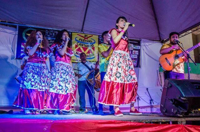 """Jovens estudantes produzem """"ladrões"""" para festival de marabaixo"""
