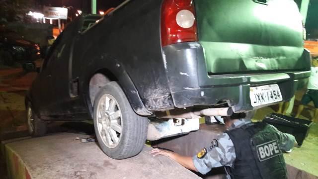 Fundo falso de carro guardava 10 kg de drogas