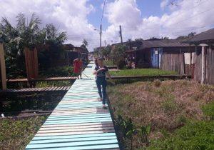 Duas copas depois, moradores voltam a pintar passarela