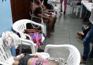 Foto de crianças em leitos improvisados com cadeiras revolta internautas