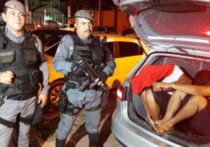 Foragido e menor são presos por furto em residência