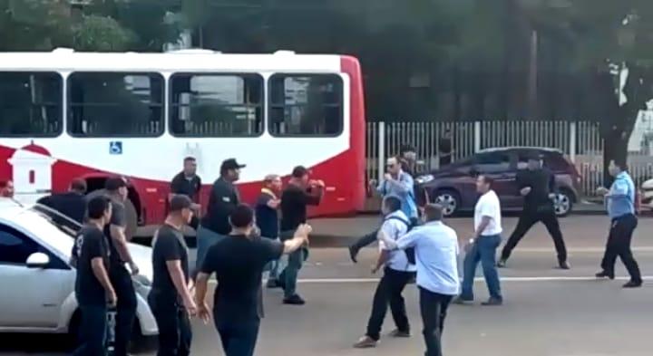 VÍDEOS mostram pancadaria entre rodoviários e seguranças de empresa