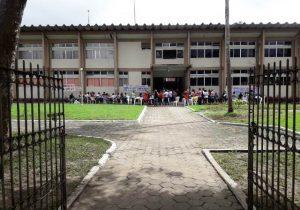 Professores ocupam entrada do prédio da prefeitura de Macapá