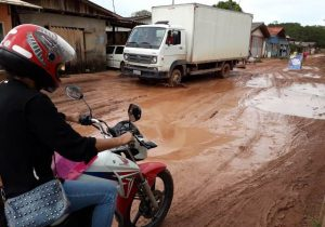 Os prejuízos de quem convive com lama e buracos nas ruas de Santana