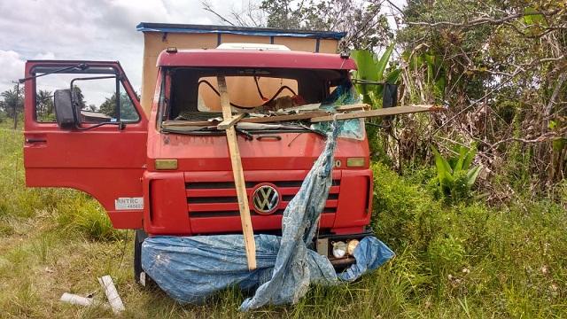 Motorista é atravessado por pedaço de madeira