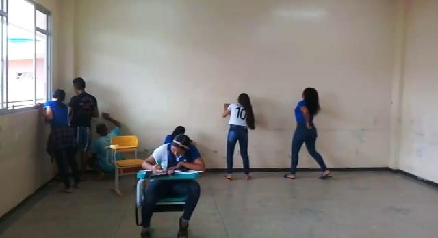 Estudantes pintam sala de aula por conta própria