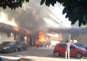 Ambulância pega fogo em frente ao Hcal